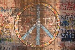 Vredessymbool en graffiti die op muur wordt nevel-geschilderd Royalty-vrije Stock Fotografie