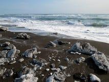 Vreedzaam de winterstrand met zwart zand royalty-vrije stock afbeeldingen