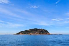 Vreedzaam eiland als achtergrond in overzees Stock Fotografie