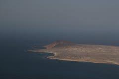 Vreedzaam het ontspannen landschap met een eiland bij het overzees Stock Foto