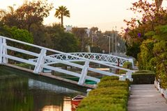 Vreedzaam landschap met meer en witte bruggen stock foto