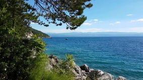 Vreedzaam landschap van duidelijke blauwe overzees stock video