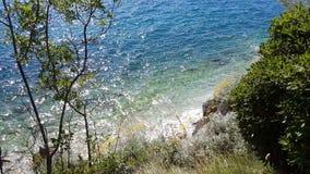 Vreedzaam landschap van duidelijke blauwe overzees stock footage