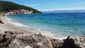 Vreedzaam landschap van duidelijke blauwe overzees stock videobeelden