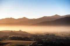 Vreedzaam landschap van ochtendzon over bergen en mist royalty-vrije stock afbeelding