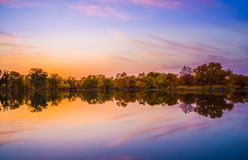 Vreedzaam meer onder zonsondergang stock foto