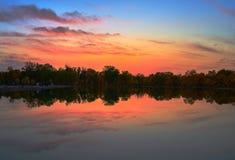 Vreedzaam meer onder zonsondergang royalty-vrije stock afbeelding