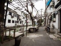 Vreedzaam ogenblik in de binnenplaats van de oude stad van Suzhou langs de waterkanalen Royalty-vrije Stock Fotografie
