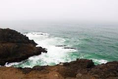 Vreedzaam Pond aan de rotsachtige kust van Noordelijk Californië royalty-vrije stock afbeelding