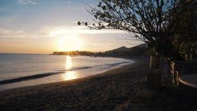 Vreedzaam strandlandschap bij zonsopgang stock footage