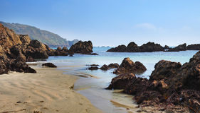 Vreedzaam zandig strand in Guernsey Royalty-vrije Stock Afbeelding