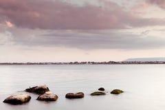Vreedzaam zeegezicht - waterhemel en rotsen Stock Foto