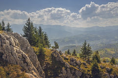 Vreedzaam zonnig berglandschap Stock Foto's