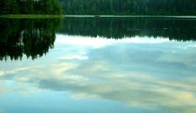 Vreedzame avond door het meer stock foto