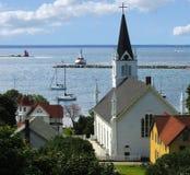 Vreedzame baai met kerk en vuurtoren Royalty-vrije Stock Afbeelding