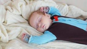 Vreedzame baby die op een bed liggen terwijl het slapen stock video
