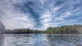 Vreedzame bezinningen over het meer Stock Afbeeldingen