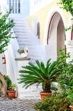 Vreedzame binnenplaats in Panormitis-Klooster op het Eiland Symi, Griekenland Stock Fotografie