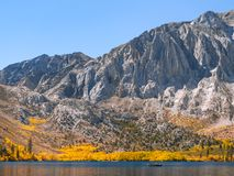 Vreedzame de herfstscène met een vissersboot op een bergmeer royalty-vrije stock foto's