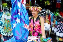 Vreedzame de verkoopdoeken van de Eilandbewonervrouw bij de Markt Raroton van Punanga Nui Stock Afbeelding