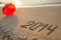 Vreedzame die kust met 2014 op zand wordt getrokken Stock Foto's
