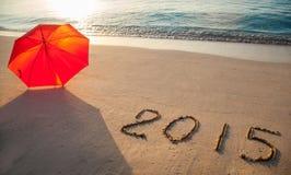 Vreedzame die kust met 2015 op zand wordt getrokken Stock Afbeelding