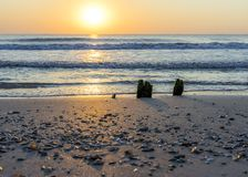Vreedzame en ontspannende plaats door het overzees met betekenis voor saldo en kalmte en harmonie stock foto's