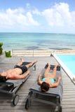 Vreedzame en ontspannende tijd door het strand Stock Fotografie