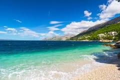 Vreedzame en transparante de zomeroverzees, bergachtig landschap op de achtergrond Royalty-vrije Stock Foto