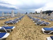Vreedzame het strandparaplu's van Bulgarije Stock Fotografie