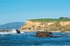 Vreedzame kust en golfcursus royalty-vrije stock foto's