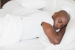 Vreedzame mensenslaap in bed Royalty-vrije Stock Afbeelding