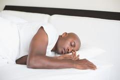 Vreedzame mensenslaap in bed Royalty-vrije Stock Foto