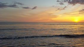 Vreedzame oceaan bij zonsondergang royalty-vrije stock afbeeldingen