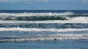 Vreedzame Oceaan die aan wal verpletteren Stock Afbeeldingen