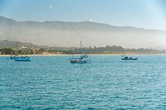 Vreedzame Oceaan, Varende Boten, Santa Barbara Beach, Californië stock foto's