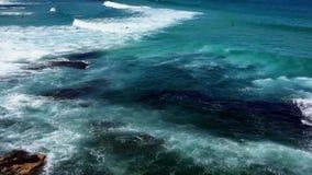 Vreedzame Oceaangolven bij Bondi-Strand, Sydney, Australië stock footage