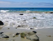 Vreedzame Oceaangolven die strand lanceren stock afbeelding