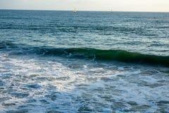Vreedzame Oceaangolven en Boten royalty-vrije stock fotografie