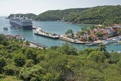 Vreedzame Oceaanhaven met cruiseship Royalty-vrije Stock Foto's