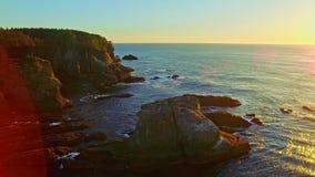 Vreedzame oceaankustbaai bij zonsondergang stock footage