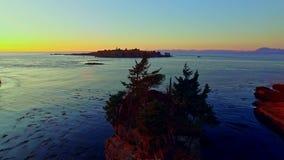 Vreedzame oceaankustbaai bij zonsondergang stock videobeelden