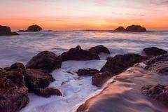 Vreedzame Oceaanzonsondergang Stock Afbeeldingen