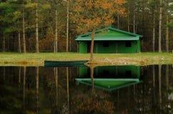 Vreedzame ochtend op het meer - Meerhut stock afbeeldingen