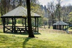 Vreedzame plaats, gazebo over een mooi schoon meer De lenteseaso Stock Fotografie