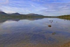 Vreedzame scène met bezinningen over het water Royalty-vrije Stock Foto