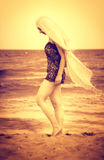 Vreedzame sensuele vrouw die op strandzand loopt royalty-vrije stock foto's