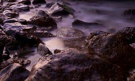 Vreedzame stenen bij de overzeese kust Royalty-vrije Stock Afbeelding