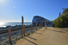 Vreedzame Surfliner-Trein in de Kust de V.S. van Californië royalty-vrije stock fotografie