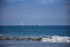 Vreedzame varende boot in open oceaan bij afstand met blauwe overzees Stock Fotografie